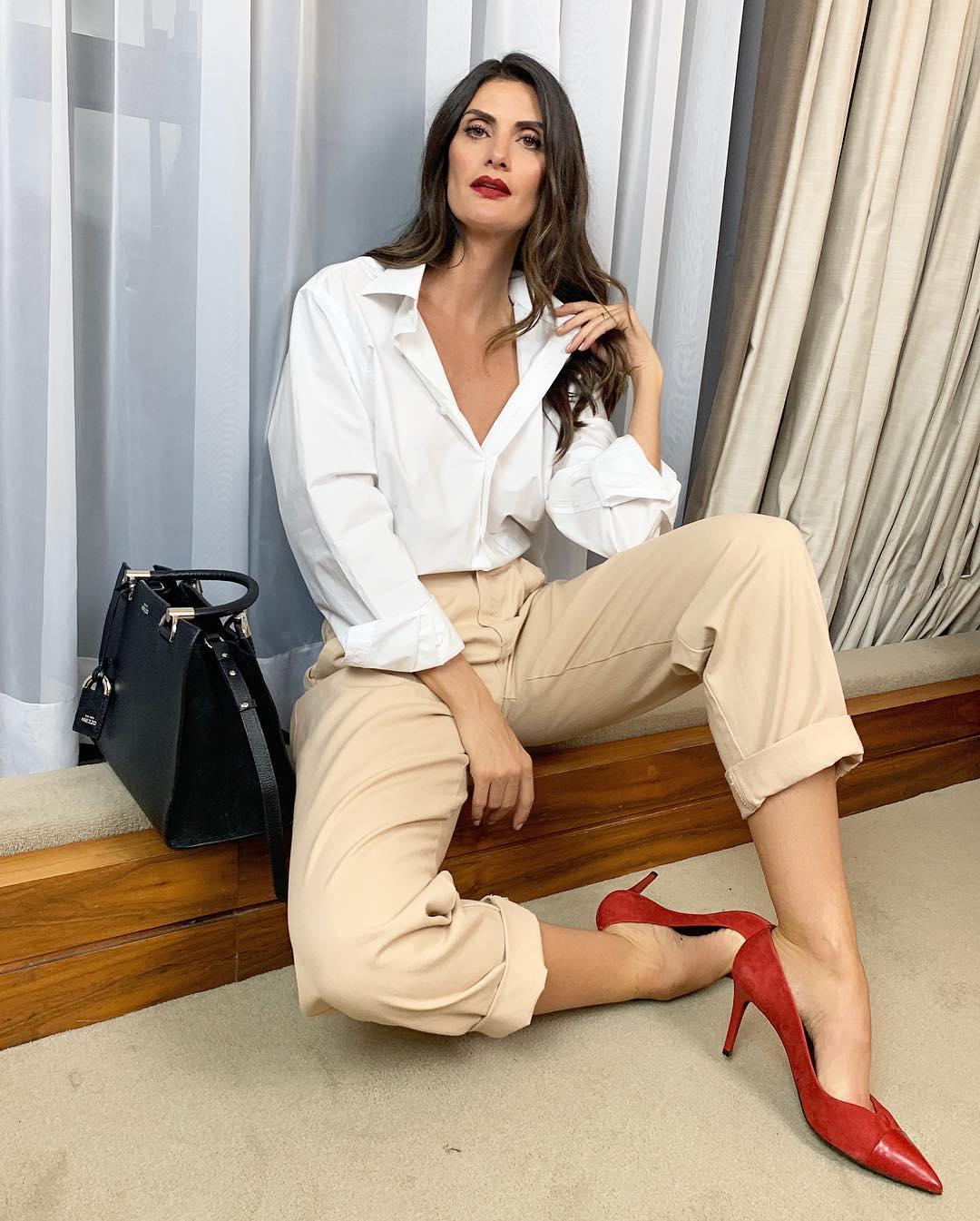 Isabella Fiorentino usa camisa branca e calça bege