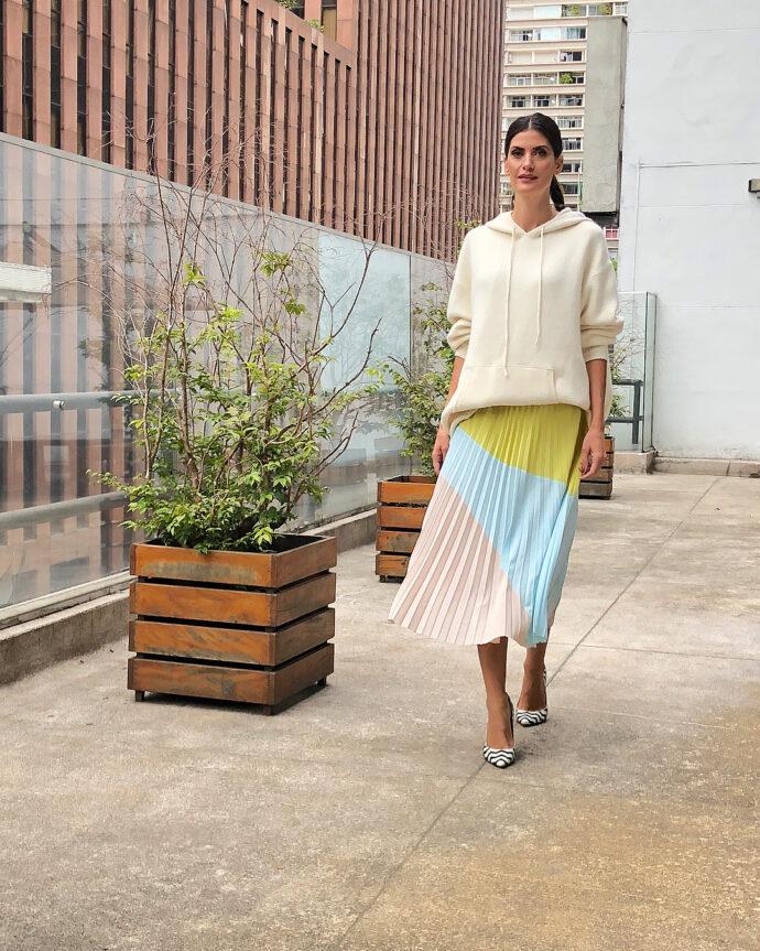 Isabella Fiorentino - Look moletom com saia midi plissada